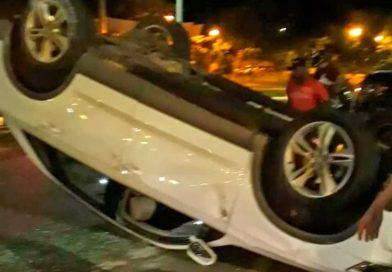 Carro capota após outro veículo bater em sua traseira, uma mulher ficou ferida